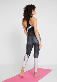 Onzie - HIGH RISE GRAPHIC MIDI - Tights - blue - 2