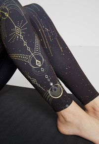 Onzie - HIGH RISE GRAPHIC MIDI - Tights - solstice - 3