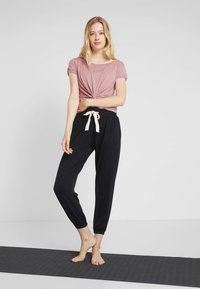 Onzie - DIVINE PANT - Teplákové kalhoty - black - 1