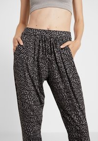 Onzie - UNWIND PANT - Pantalon de survêtement - honey - 5