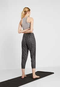 Onzie - UNWIND PANT - Pantalon de survêtement - honey - 2
