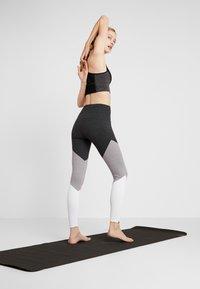 Onzie - HIGH RISE TRACK LEGGING - Punčochy - slate gray - 2