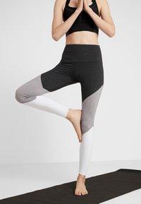 Onzie - HIGH RISE TRACK LEGGING - Punčochy - slate gray - 0
