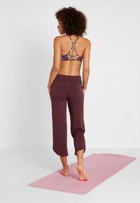 Onzie - PANT - Pantalon de survêtement - burgundy - 2