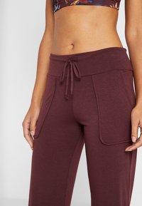 Onzie - PANT - Pantalon de survêtement - burgundy - 4