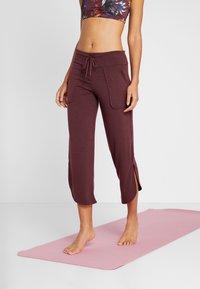 Onzie - PANT - Pantalon de survêtement - burgundy - 0