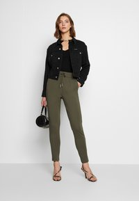 ONLY - POPTRASH EASY COLOUR  - Pantaloni sportivi - olive night - 1