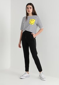 ONLY - ONLPOPTRASH PIPING PANT - Tracksuit bottoms - black - 1