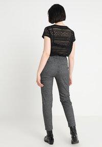 ONLY - ONLPOPTRASH SOFT CHECK PANT - Trousers - black/cloud dancer - 3