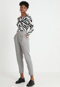 ONLY - ONLLEMON PAPERWAIST PANTS  - Kalhoty - light grey melange - 1