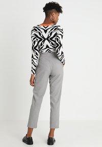 ONLY - ONLLEMON PAPERWAIST PANTS  - Kalhoty - light grey melange - 2