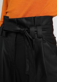 ONLY - ONLNADIA PAPERBAG PANT - Bukse - black - 4