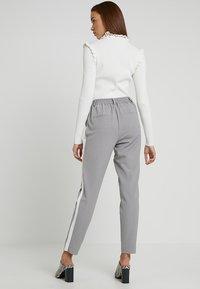 ONLY - ONLCOOL ANKLE PANT - Bukse - light grey melange/white - 2