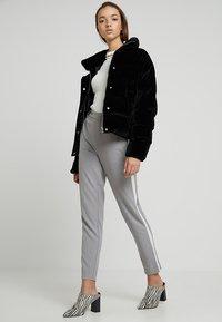 ONLY - ONLCOOL ANKLE PANT - Bukse - light grey melange/white - 1