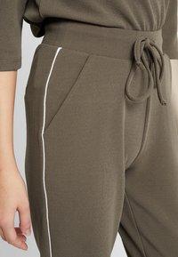 ONLY - ONLRAMONA PIPING PANT - Pantalones - crocodile - 4
