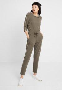 ONLY - ONLRAMONA PIPING PANT - Pantalones - crocodile - 1