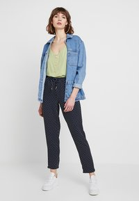 ONLY - ONLJULIA PANTS - Bukse - night sky/cloud dancer
