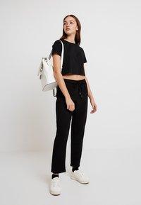 ONLY - ONLJULIA PANTS - Pantalones - black - 2