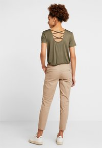 ONLY - ONLEVELYN ANKLE PANT  - Chinos - silver mink - 2