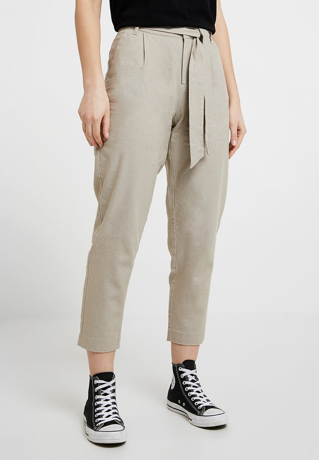 ONLVEGAS CARROT BELT - Pantalones - light grey