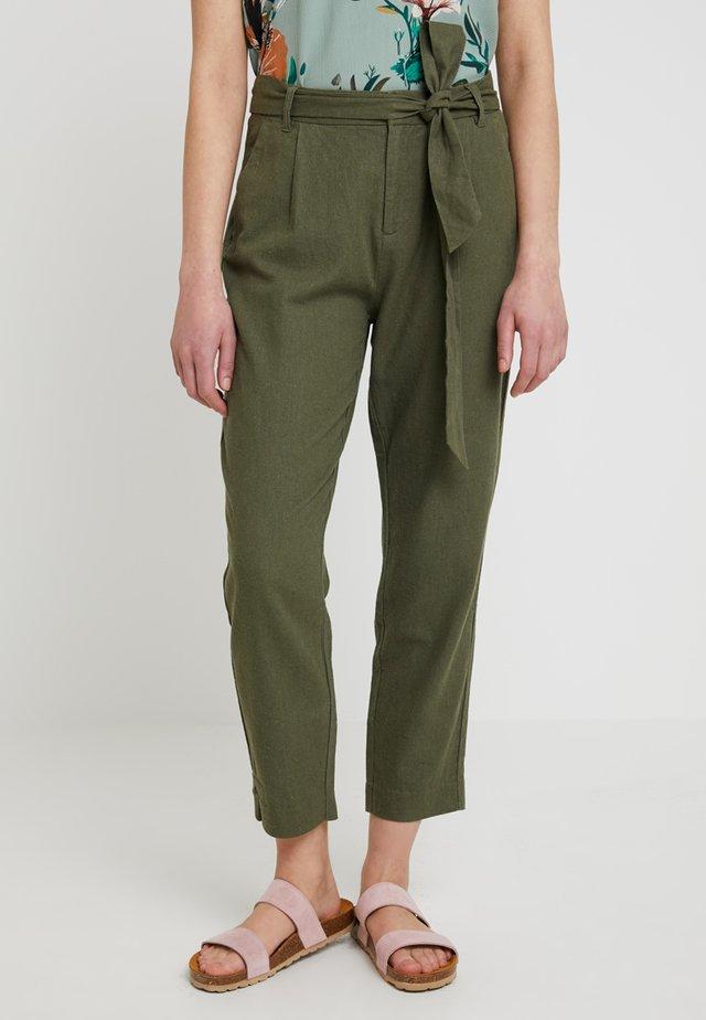 ONLVEGAS CARROT BELT - Pantalones - kalamata