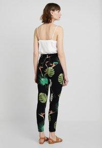 ONLY - ONLPOPTRASH OPEN LEAF PRINT PANT - Trousers - black - 2