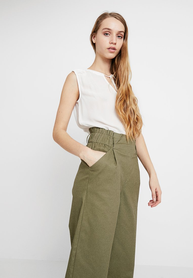 ONLY - ONLSHARON CROPPED PANT - Trousers - martini olive
