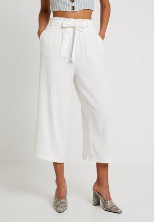 ONLCHARLIE  LOOSE CROP PANT  - Spodnie materiałowe - creme