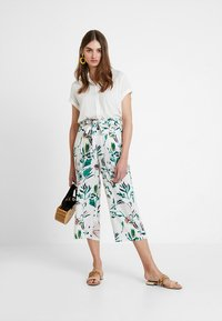 ONLY - ONLNOVA CROPPED PALAZZO PANT  - Stoffhose - cloud dancer/green - 1