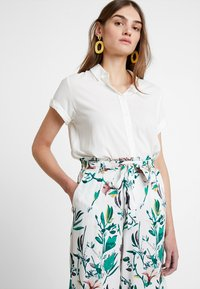 ONLY - ONLNOVA CROPPED PALAZZO PANT  - Stoffhose - cloud dancer/green - 3