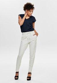 ONLY - PANTALON POPTRASH - Pantalones - off-white - 1