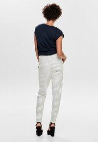 ONLY - PANTALON POPTRASH - Pantalones - off-white - 2