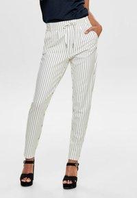 ONLY - PANTALON POPTRASH - Pantalones - off-white - 0
