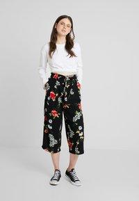 ONLY - ONLJEAN CROPPED PANTS - Trousers - black - 1