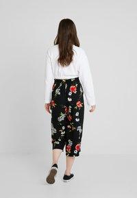 ONLY - ONLJEAN CROPPED PANTS - Trousers - black - 2