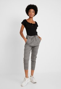ONLY - ONLPOPTRASH EASY SAVIL CHECK PANT - Pantaloni - black/multi-coloured - 1