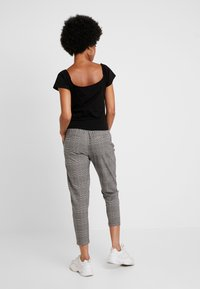 ONLY - ONLPOPTRASH EASY SAVIL CHECK PANT - Pantaloni - black/multi-coloured - 2