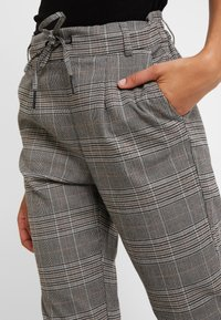 ONLY - ONLPOPTRASH EASY SAVIL CHECK PANT - Pantaloni - black/multi-coloured - 5