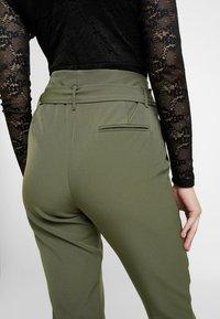 ONLY - ONLFRESHY GLOWING BELT PANT - Broek - ivy green - 3