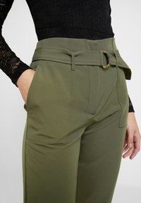 ONLY - ONLFRESHY GLOWING BELT PANT - Broek - ivy green - 5