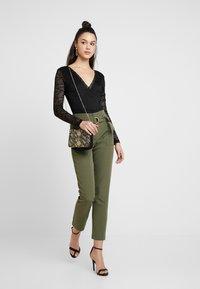 ONLY - ONLFRESHY GLOWING BELT PANT - Broek - ivy green - 1
