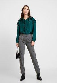 ONLY - ONLMONIZ CHECK PANT - Pantaloni - medium grey melange - 2