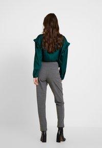 ONLY - ONLMONIZ CHECK PANT - Pantaloni - medium grey melange - 3
