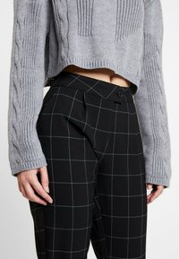 ONLY - ONLMONIZ CHECK PANT - Pantaloni - black - 4