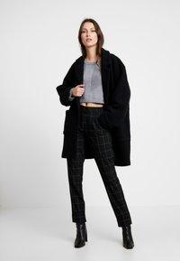 ONLY - ONLMONIZ CHECK PANT - Pantaloni - black - 1
