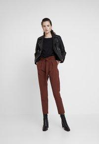 ONLY - ONLFRESH PAPERBACK PANT - Pantaloni - golden brown - 2
