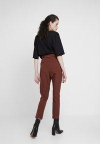 ONLY - ONLFRESH PAPERBACK PANT - Pantaloni - golden brown - 3