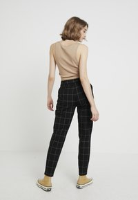 ONLY - ONLNICOLE PAPERBACK BELT CHECK PANT - Bukse - black - 3