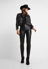 ONLY - ONLSIGGA BUTTON PANT - Pantalones - black - 1