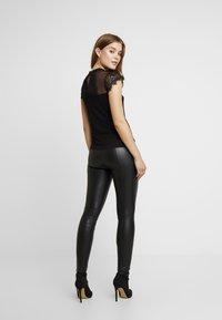 ONLY - ONLSIGGA BUTTON PANT - Pantalones - black - 2